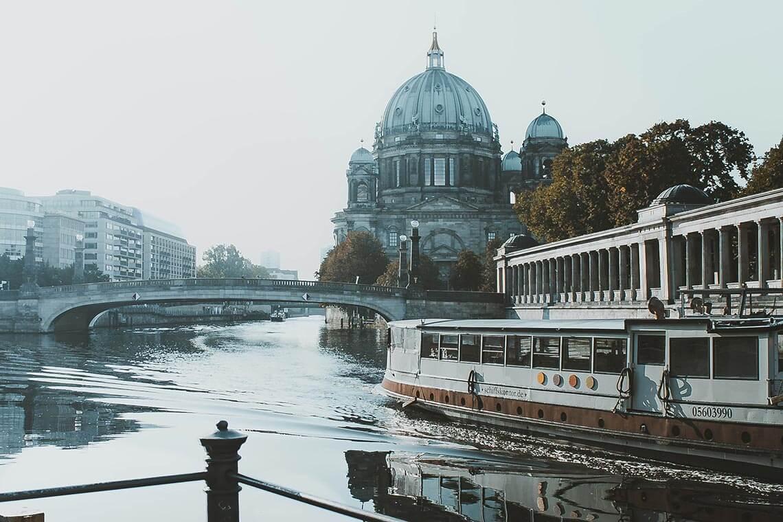 Ein Boot fährt in Berlin auf der Spree